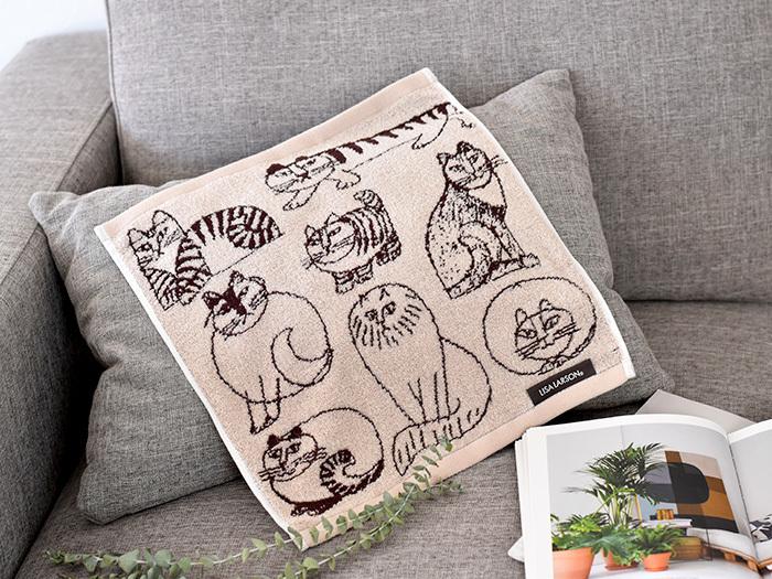 ウェーデンの陶芸家「Lisa Larson(リサラーソン)」が生み出した、人気キャラクターの猫たちが描かれたウォッシュタオル。ベージュの落ち着いたカラーリングは、大人女子の持ち歩きアイテムとしても大活躍してくれます。