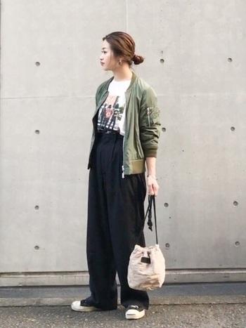 グラフィックTシャツを、黒のワイドパンツ合わせたクールなスタイル。  黒とカーキの相性も抜群。MA-1を1枚持っていると便利です。 小さめサイズのバッグやアクセサリー使いで、女性らしさも上手にプラスされています。