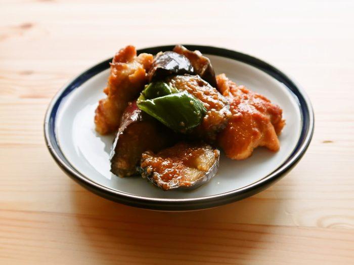 なすやピーマンなどの旬な野菜と鶏モモ肉を、にんにく味噌で炒め合わせたスタミナ満点なメニュー。鶏モモ肉は、作り始める前に漬け込むひと手間をかけるだけで、仕上がりがレベルアップしますよ。ごはんにも合いますし、おつまみにもぴったりです。