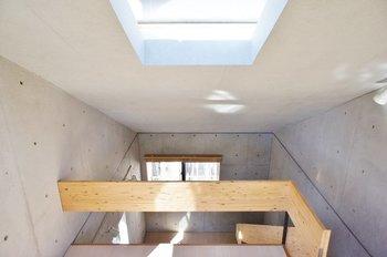 狭小な土地に家を建てる時、日当たりの悪さがネックになることも。  そんな時には、中庭やトップライト(天窓)を取り入れてみてはいかがでしょうか。どちらも、限られた空間を上手に使いながら通風や採光に役立ちます。