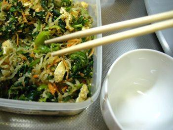 作り置きした常備菜を取り出すとき、箸やスプーンの使いまわしは絶対にNGです。味だけでなく、菌も移ってしまいます。少し面倒ではありますが、衛生的に管理するためにも、意識して行いましょう。