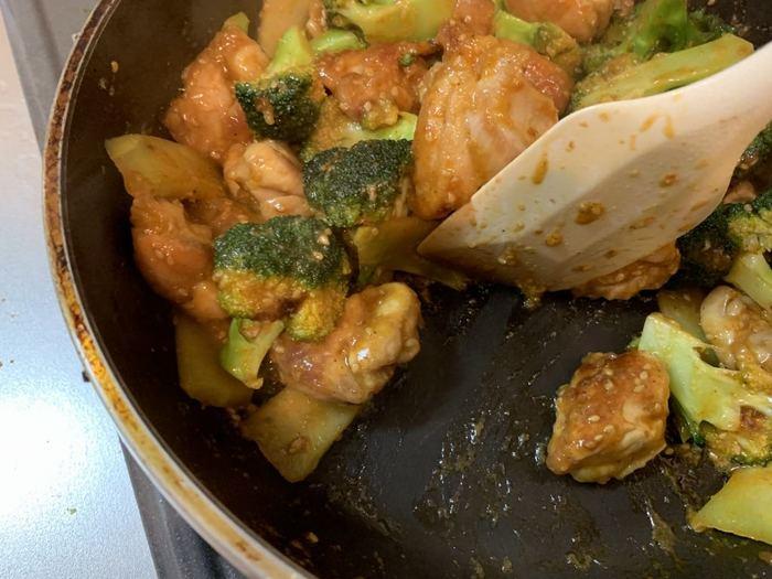 常備菜を調理するときは、菌を繁殖させないよう、「しっかり加熱すること」が大事です。食材から出る水分も可能な限り飛ばします。和え物やサラダなども同様に、水分をしっかり切ること。衛生面だけでなく、味も悪くなってしまいます。
