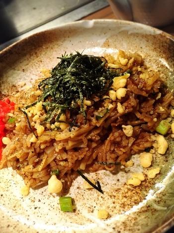 関西のB級グルメとして親しまれている「そばめし」も鉄板料理の定番です。熱々の大きな鉄板でパラパラに炒め上がっています。