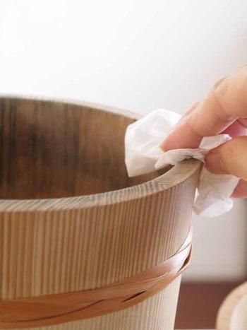 おひつを使っていると、どうしても黒ずみが発生しやすくなります。しっかりと洗った後に、消毒用のアルコールを吹きかけておくと、黒ずみやカビの発生を抑えることができます。キッチン用のアルコールをひとつ、常備しておくといいですね。
