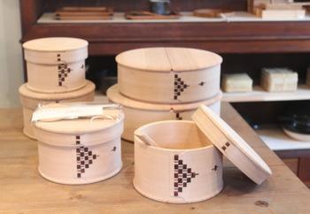 おひつというのは、炊飯器や鍋などで炊いたご飯を移しておく容器のこと。木製のものが主流ですが、陶器のものなども人気があります。