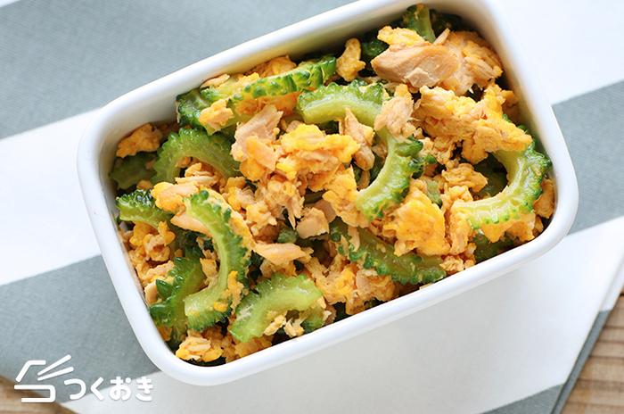 夏野菜の代名詞 ゴーヤを使ったレシピ。味付けはシンプルに、卵とツナで炒めるだけの楽チンメニューです。ゴーヤは塩茹ですることで苦味がマイルドになりますが、苦味が好きな方は塩茹でなしでゴーヤを味わいましょう。また、長時間炒めることでもゴーヤの苦みは和らぎますが、シャキッとした食感はなくなるので炒め時間は要注意です。