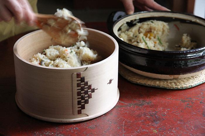 炊き込みご飯を入れるときは、使い始めて半年くらい経って、おひつがご飯に馴染んできてからにする方が、汚れが付着しづらくなります。また、使い終わったあとに、白米のとき以上に丁寧にお手入れしておくと、長い期間、きれいな状態で使い続けることができるようになります。