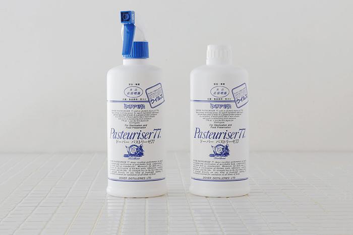 お洒落なおうちのキッチンで見かけることが多いドーパーパストリーゼ77。77度のアルコールを使っているので、除菌効果が高く、防カビ、消臭、防臭などにも使えます。おひつを洗い終わったら、パストリーゼを噴射しておくと、黒ずみを予防することができます。