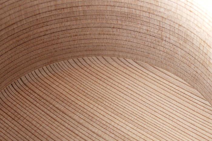 柴田慶信商店のおひつは、角の部分が丸みを帯びたデザインになっているので、すみっこにご飯が入り込んでしまうことがありません。