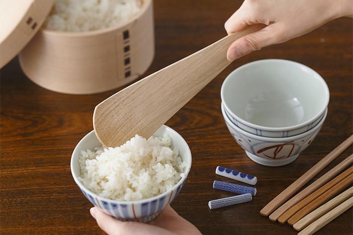 炊きあがったご飯はふんわりとやさしく、おひつに移します。蓋をしておくことで、ご飯の粗熱を取り、ちょうどいい水分量に調整を行います。食べるときには、おひつからしゃもじでよそって、丁寧に盛り付けます。食卓におひつがあれば、お代わりもいつもよりも進んでしまいそう。