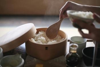 曲げわっぱのお弁当箱でも人気が高い栗久のおひつ。天然秋田杉のシンプルなおひつは、プレゼントにしても喜ばれる逸品です。