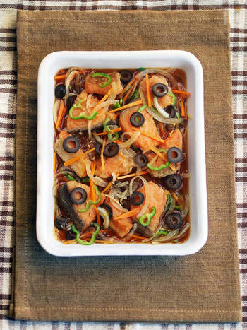 玉ねぎ、にんじん、ピーマン、鮭と、残ったピクルス液で作る「鮭の南蛮漬け」。簡単に揚げずに作れて、鮭だけでなく、タラや鯖、または鶏肉などアレンジ豊富な、ありがたレシピです。
