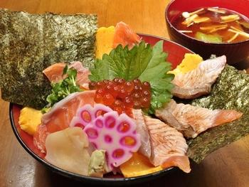たっぷりの魚介がのった日替わり丼はなんと500円(税別)です。リーズナブルに新鮮な魚を堪能できますね。