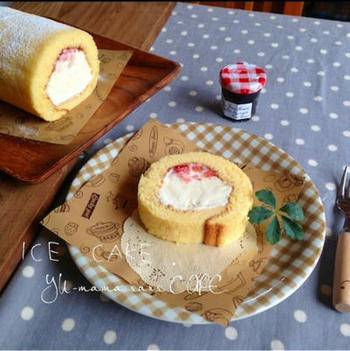 ふわふわのスポンジを作ってアイスとジャムを包んだアイスケーキ。アイスを棒状にして冷やすのがポイントです。アイスに冷凍フルーツを混ぜたり、アレンジしても楽しそう♪