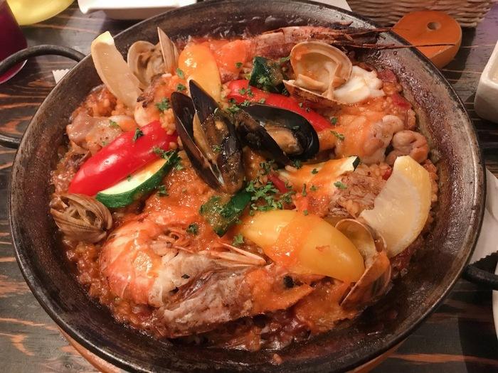スペイン料理と言えば「パエリア」ですね。新鮮な魚介や野菜の旨味が染み込んだサフランライスは最高ですね。
