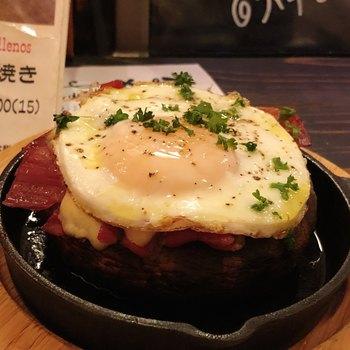 こちらが名物の「ポルト ペリョ」です。大きなジャンボマッシュルームの中に詰めた自家製パテと生ハムの旨味ととろーりとした卵とチーズがひとつにまとまったボリューム満点の一皿です。大阪ではこちらでしか味わえません。