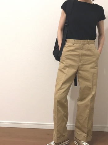 黒Tシャツ&センタープレスのチノパンのきれいめカジュアルコーデ。「STANDARD SUPPLY(スタンダードサプライ)」のシンプルな黒リュックは、主張しすぎずどんなスタイルにもマッチしてくれます。