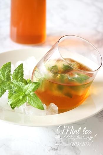 そのまま飲む水出し紅茶も美味しいですが、フレッシュなミントの葉をたっぷり入れた「水出しミントティー」はいかがでしょうか?茶葉は、ダージリンがおすすめです。一口飲めば、スーッと清涼感が広がります。