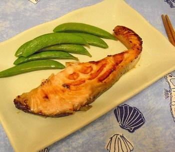 こちらはノルウェーサーモンのステーキです。塩レモンの汁と日本酒のマリネ液に一晩漬けてから焼くのがポイント。フライパンシートを使って、マリネ液ごとこんがり焼き上げましょう。
