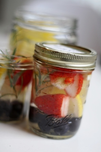 デトックスウォーターは、一人分ならメイソンジャーに入れるとカラフルでかわいい♪ブドウやいちごを入れて、フルーツの香りや栄養を引き出します。フルーツとハーブをギュッと詰め込んだ見た目も◎