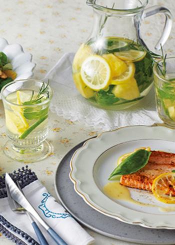 パイナップル・レモン・ライムのハーブウォーターは、イエロー×グリーンが見ているだけで元気が出てきそう。柑橘類は、輪切りにスライスするのがポイント!フルーツとハーブが絶妙に香る爽やかな味わいです。