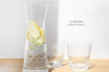 ガラス作家・廣島晴弥さんのカットグラスブランド「h collection」のカラフェは、すっとした上品なフォルムとカットワークが印象的で、ホームパーティーなどおもてなしのテーブルにぴったり。フルーツやハーブを入れたデトックスウォーターを作るのが楽しみになりますよ!