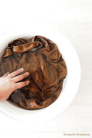 色あせしやすい麻はなるべく手洗いで。水に浸けるほど色が落ちてしまうので、手短に洗ってあげましょう。洗濯機マークのついているものは、ネットへ入れて中性洗剤で洗っても◎