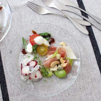 ガラスのプレートは、見た目も涼しげで夏のテーブルにぴったり。シンプルな透明感は、食材の色合いが映えるので、彩り豊かな冷菜や冷製パスタなどを盛り付けると◎