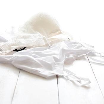 繊細な生地やレースで作られ、ワイヤーなどが入っている下着は、丁寧に洗うことが大切!洗濯機で洗う場合は、型崩れを防ぐためにも下着用のネットに入れて、弱めの水流で洗うようにしましょう。
