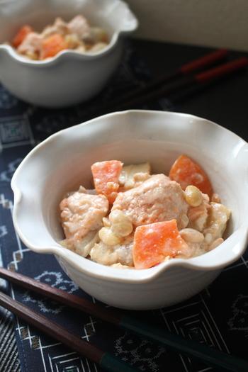 「しもつかれ」は、栃木県の郷土料理です。農林水産省選定の「農山漁村の郷土料理百選」にも選ばれたグルメ。鮭の頭などのアラ、大豆、野菜などの素材に、酒粕を入れて煮るのが特徴です。お好みで砂糖を加えるなど、味わいの調整はお好みにできますよ♪