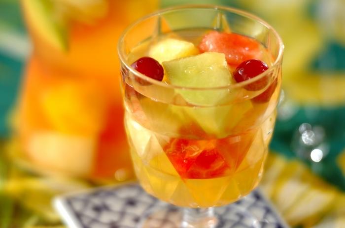 夏のフルーツをたっぷりと使ったサングリア風のドリンク。白ワインの代わりに白ブドウジュースを使っているので、お子さんも一緒に楽しめます。くだものがゴロゴロと入った特別感のある一杯です♪