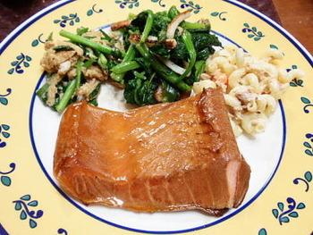 スモークサーモンそのものを作ってしまうレシピも♪こちらは自家製のスモークサーモンのレシピです。中華鍋などの身近な調理器具で作る方法が紹介されていますよ。アルミホイルや網、市販のスモークチップ、お鍋のフタがあればOK。作り続けていきたいときには、専用の燻製器もチェックしてみてくださいね♪