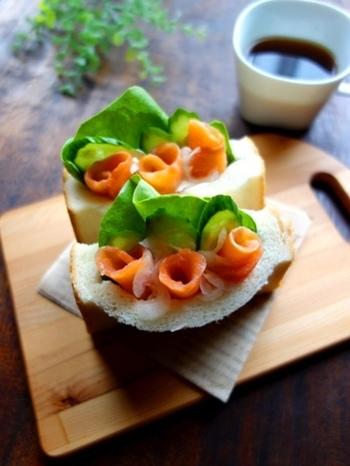 スモークサーモンはサンドイッチにもぴったりの素材。こんな風にくるくる巻いてパンに挟めば、見た目もおしゃれなサンドイッチになります♪4枚切りの食パンに切込みを入れて挟みましょう。
