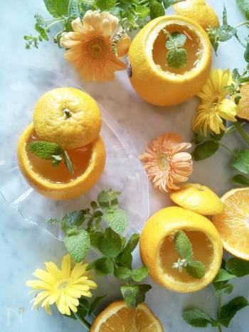 材料はたった4つだけ。オレンジは皮が破れないように丁寧にくり抜いて器代わりに。オレンジの糖度で甘さを調整してください。