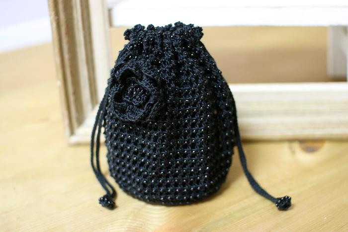 ビーズを編み込んで、一味違うデコラティブなきんちゃくバッグを作ってみませんか。可愛いコサージュは、単体で使えるので、洋服や帽子のアクセサリーとして使ってみてもいいですね。