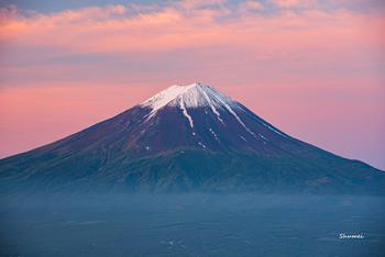 新幹線の窓から富士山が見えるだけで、なんだかちょっとテンションが上がる!そんな経験はありませんか?都内からでも、お天気が良いと富士山が見える日がありますが、何か良いことあるかも♪と期待したくなるくらい、富士山は日本人にとって特別な存在ですね。遠くから眺める富士山も美しいけど、今年は富士山の山頂へ、たどり着いた人しか見れない景色を見に行ってみませんか?