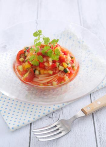 細かく切った夏野菜と冷たいトマトスープが夏らしいつめたいスープパスタ。野菜とトマトジュースの旨味であっさりといただけます。カラフルな見た目もテーブルで映えそうですね。