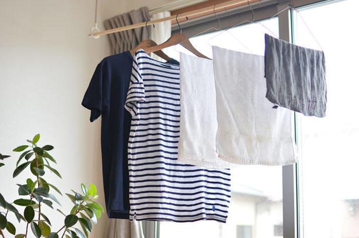 手洗いマークがついているものは、おしゃれ着用の中性洗剤を使って手洗いします。濡れている状態では色移りしやすく、しわにもなりやすいので、すぐにしわを伸ばしてハンガーへ。風通しのよい場所に干してあげてください。