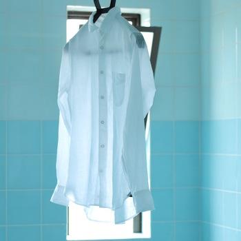 麻は洗濯機で脱水してしまうと、しわの原因に。脱水は短時間に抑えて濡れたまま「濡れ干し」すれば、重みでしわを伸ばしながら干すことができますよ。