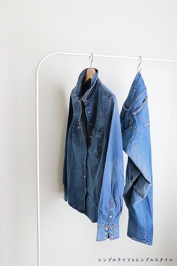 色落ちしやすいデニムは、他の洗濯物と一緒に洗ってしまうと色移りの原因に。デニムだけを分け、裏返してから洗うようにしましょう。