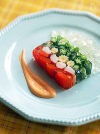 赤・黄・緑、夏野菜の色合いが美しいテリーヌは、牛乳パックで手軽に作れます。透明ゼリーが見た目にも涼やかで、テーブルに彩りをプラス。