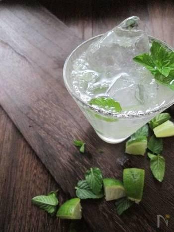 ライムとミントのモヒートは、キリッとした飲み心地が最高!はちみつを少し加えているので飲みやすくなっています。レモン系の炭酸水を使うと柑橘の香りも強くなり、後味もより爽やか♪