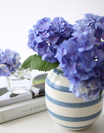テーブルコーディネートの仕上げに、季節のお花を飾りましょう。ボーダーなど夏らしいフラワーベースに飾るのもポイントお花がない場合は、生き生きとした枝物やアイビーなどのグリーンでもOK。