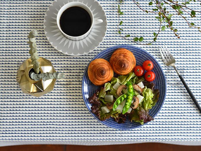 食卓で大きな面積を占めるテーブルクロスも、季節に合わせて変えてみましょう。白×青のボーダーやストライプ、元気が出るビタミンカラーなど、食卓を夏らしく一新することができます。