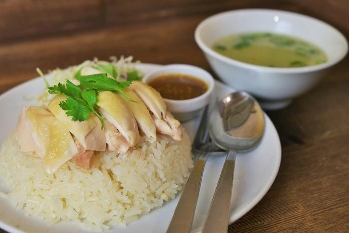 店名にもなっている「カオマンガイ」。チキンの旨味をしっかり吸ったライスとジューシーな鶏肉があっさりとした上品な味わいです。ナンプラーで作ったスパイシーなタレを少しずつかけながらいただきます。