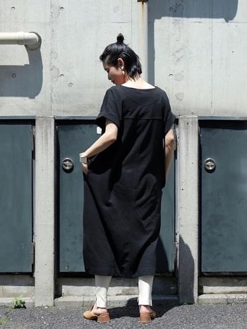 黒いワンピースに白パンツを合わせて、バイカラーに。ゆるっとカジュアルなワンピースも、色の合わせ方次第でモダンなアーバンスタイルに。