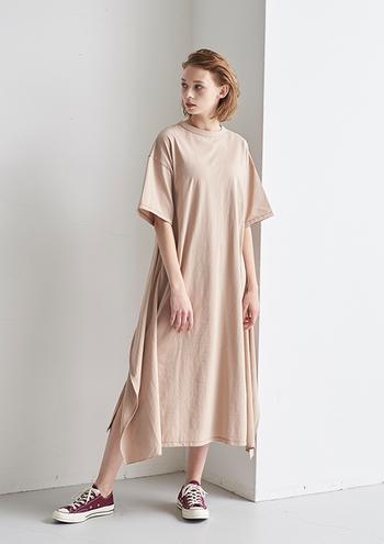 スポーティーな中に女性らしさを感じさせるのはややフレアーなシルエット。深めのスリットの効果で布に動きが生まれます。