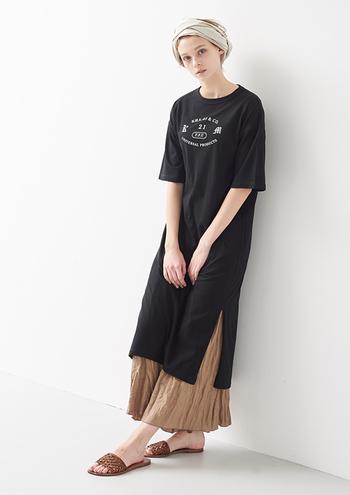スリット入りのTシャツワンピにロングスカートを重ねて。大人の余裕を感じさせるリラックス感あるスタイルが素敵です。