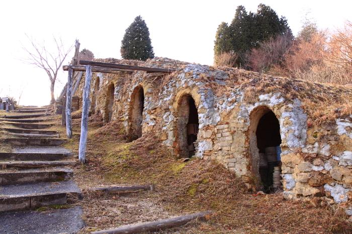 滋賀県甲賀市の信楽町は、日本六古窯(信楽焼、備前焼、丹波立杭焼、越前焼、瀬戸焼、常滑焼)のひとつである信楽焼の町です。