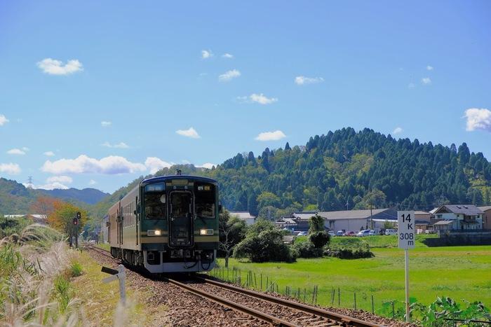 信楽高原鉄道は、貴生川駅と信楽駅を結ぶ全長14.7キロメートルの単線鉄道です。のどかな田園風景と、わずか2両ほどの短い車両が織りなす風光明媚な景色は、どこを切り取っても絵になります。
